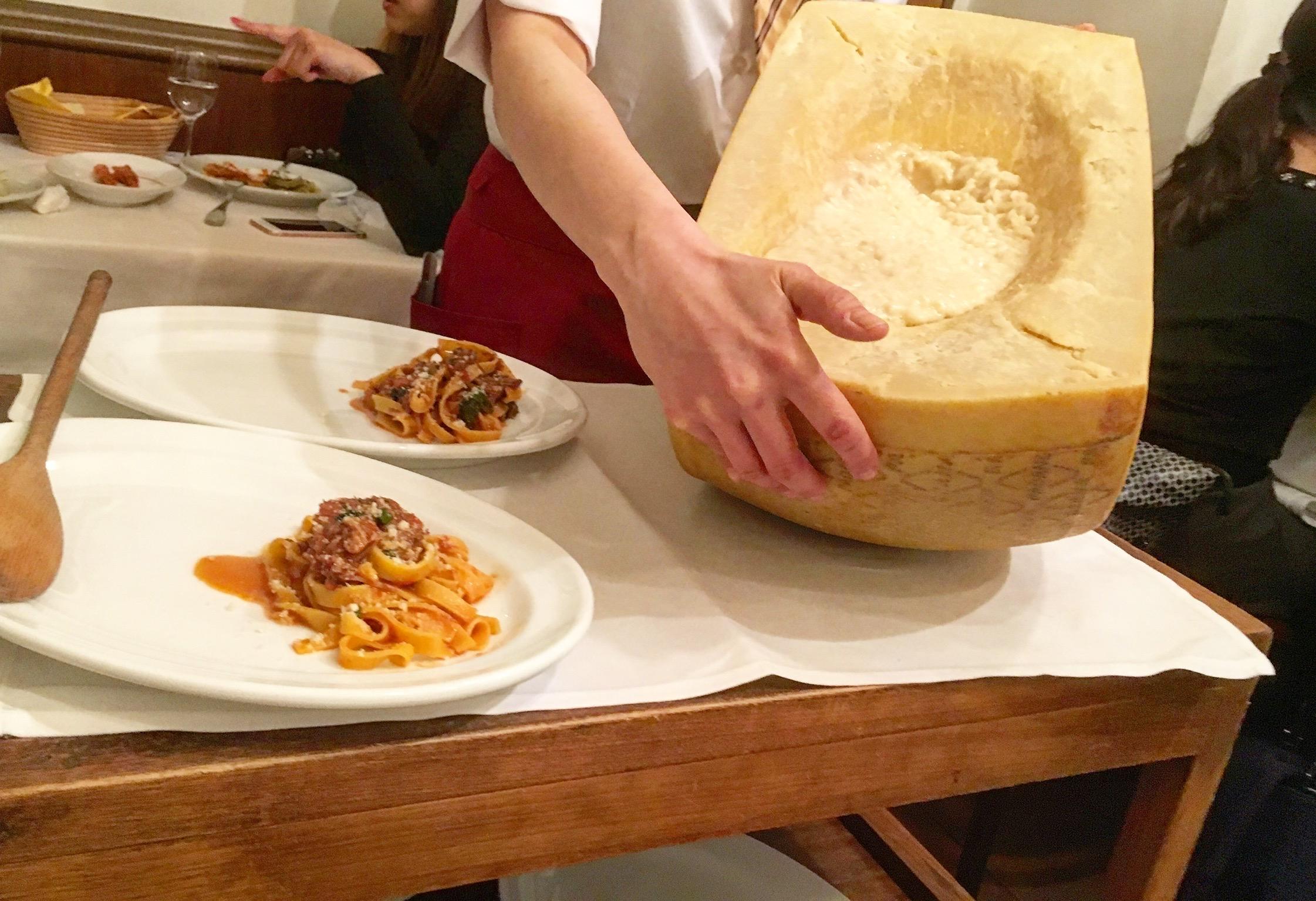 「牛テールの煮込みの手打ちパスタ」と「4種類のチーズリゾット」