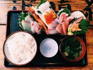 【定食のススメ】気持ち高まる!西新宿「タカマル鮮魚店」の山盛り刺身定食!の画像
