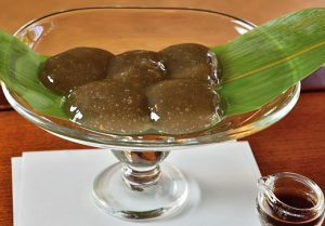 五感が研ぎ澄まされる「茶寮・宝泉」の艶やかな黒色のわらび餅の画像