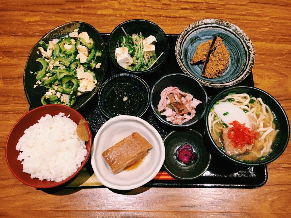 【定食のススメ】GINZA SIX裏に出現した沖縄!1汁7菜で大満足の「竹富島」のゴーヤちゃんぷるの画像