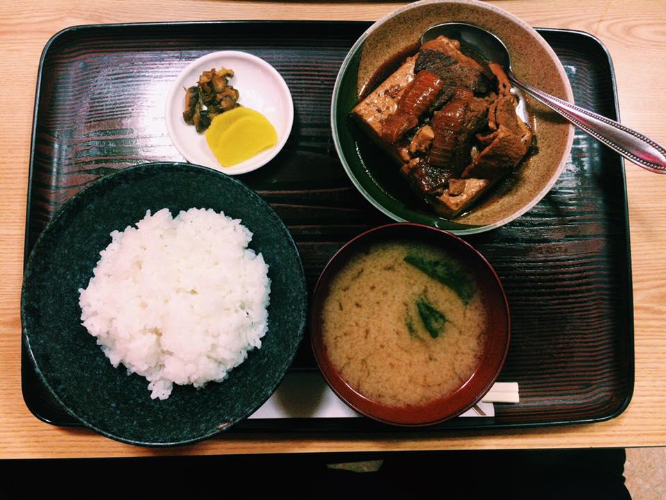 〈定食のススメ〉新宿東南口徒歩30秒!創業102年の味がしみた甘辛肉豆腐の画像