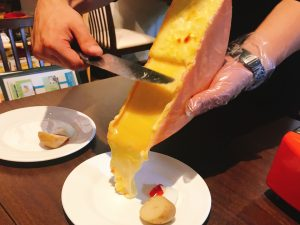 日本にいながら世界巡り。とろ~り濃厚チーズ料理の旅〈ラクレット編〉の画像