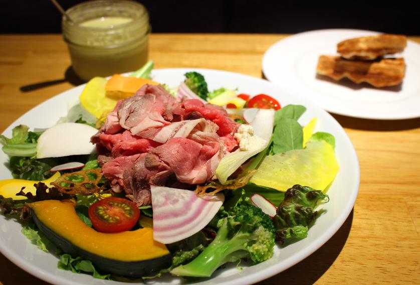 肉も絶品。グルメな人に捧げる、ベテランシェフが生み出す有機野菜サラダランチの画像