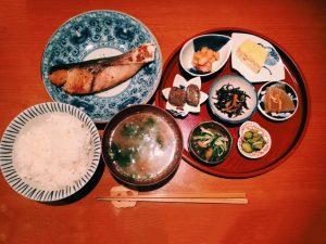 〈定食のススメSP〉色々なものを少しずつ!女子一人飯にもオススメの小鉢系定食3選の画像