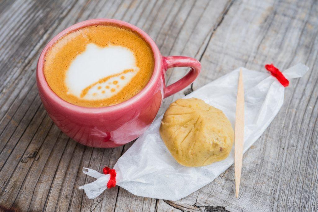 表参道に登場!深煎りカフェラテと素朴な栗きんとんのほっこりペアリングの画像
