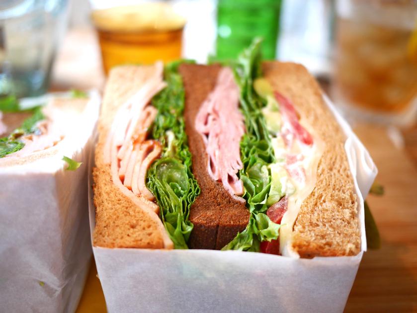〈占い〉女神のお告げ!10月6日の満月に食べて運気が上がるのはサンドイッチ、餃子、回転寿司!の画像