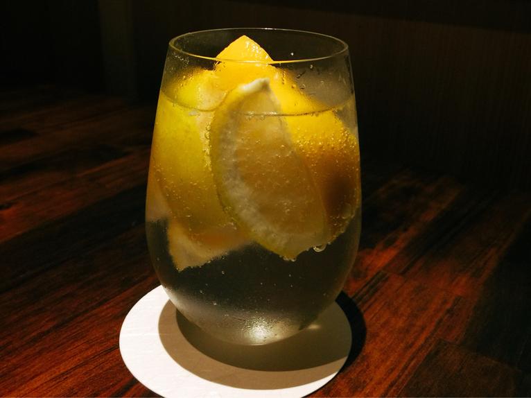 色々な料理に合うから冬でも飲みたい!進化系レモンサワーが飲める店3選の画像