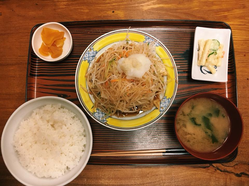 〈定食のススメ〉歌舞伎町の人間交差点!創業61年のつるかめ食堂の「豚肉天」定食の画像