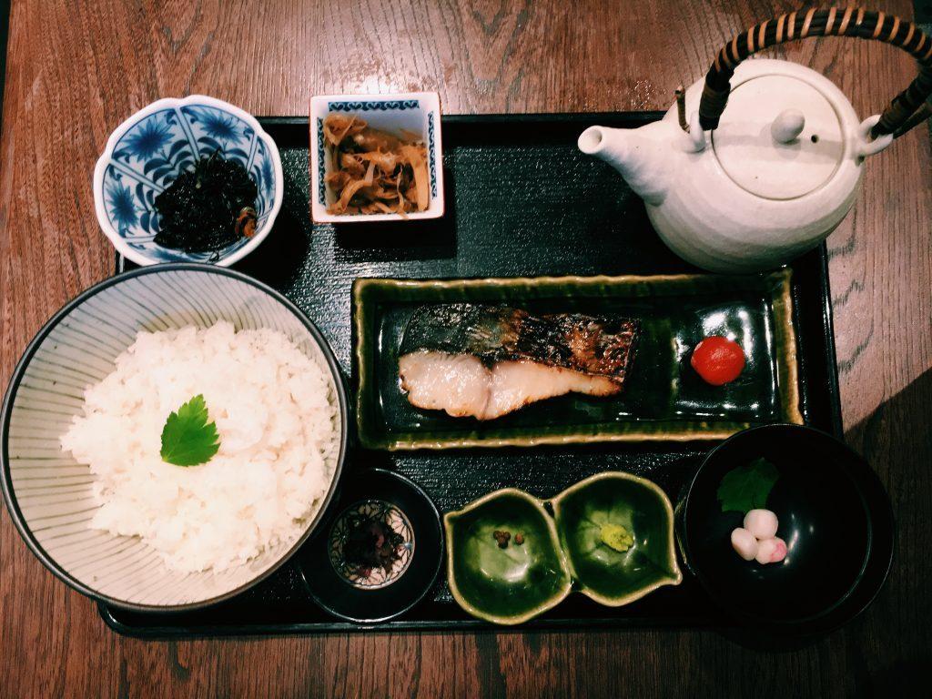 〈定食のススメ〉京都の老舗70年の鰆の西京焼きをお茶漬けで!中目黒「魚とく」の遅めランチで温まるの画像