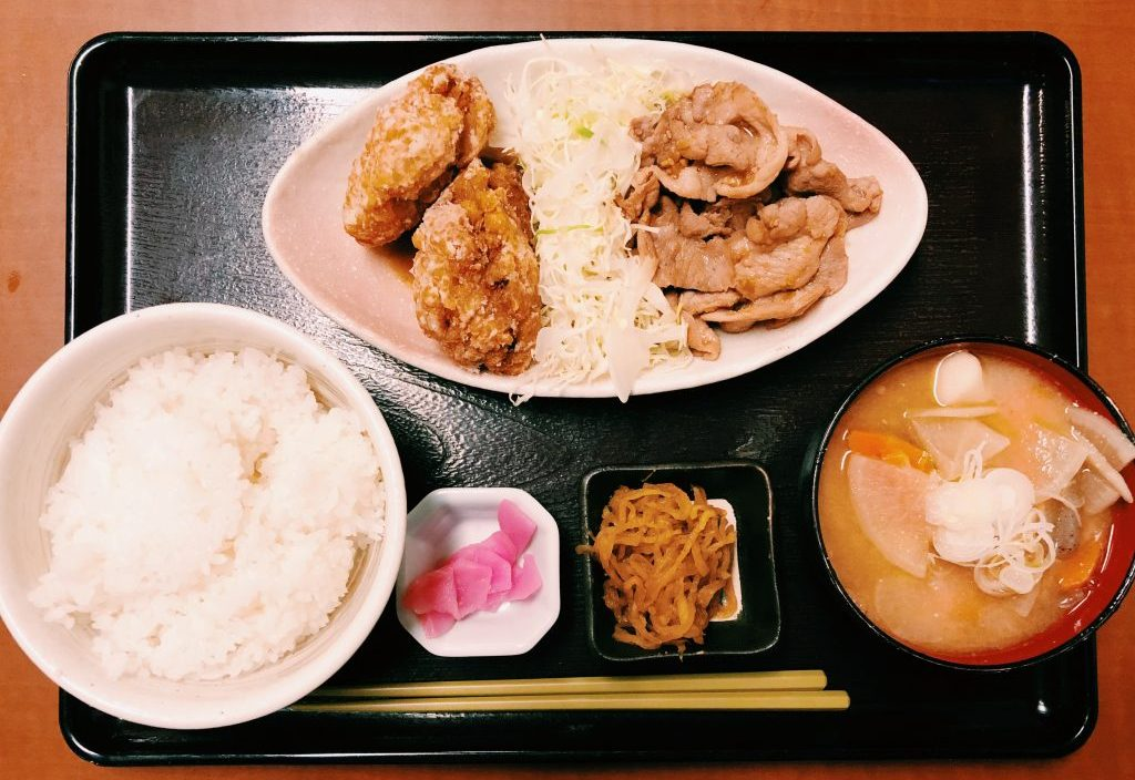 〈定食のススメ〉昭和11年から愛される名食堂!年間4万食出る野方食堂の「唐揚げ&生姜焼き」A定食の画像