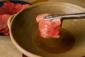 """焼きしゃぶを食べて学ぶ!?""""客が生徒""""の肉学校がニューオープンの画像"""
