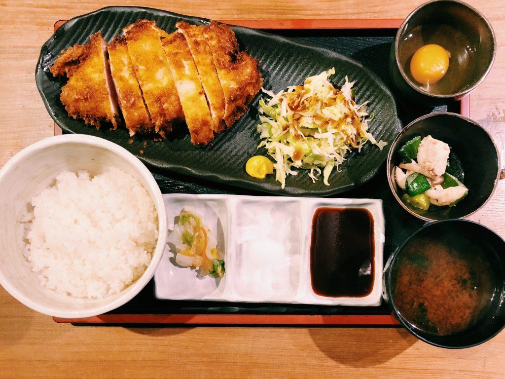 """〈定食のススメ〉累計2.5万食!""""シブニ""""「namaiki」卵で食べる半ナマ鶏カツの画像"""