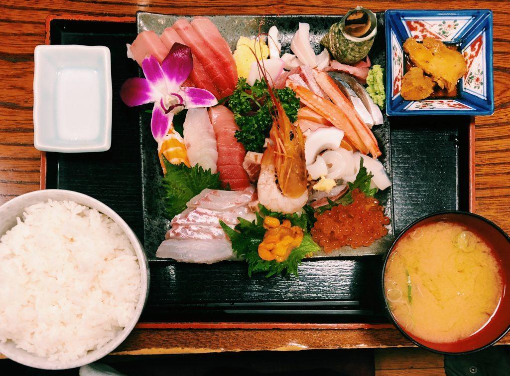 〈定食のススメ〉副菜は握り寿司!海外でも話題「さいとう」の20種刺身盛り定食の画像