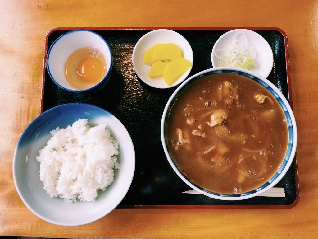 〈定食のススメ〉創業は江戸時代!?カツ丼とカレー南蛮うどん発祥の店で食べる「カレー定食」の画像