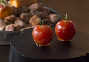 """〈発明レストラン〉""""ただのトマト""""に5つの味をもたらしたシェフの画像"""
