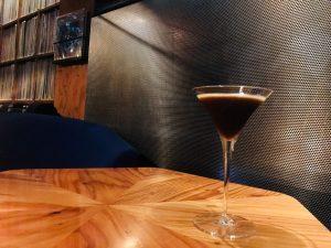 食後に飲みたいエスプレッソマティーニは、人気ミュージシャンの音とともに。の画像