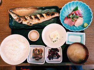 〈定食のススメ〉JAZZと焼き魚のマリアージュ!麻布十番の漁港ランチ「魚可津定食」の画像