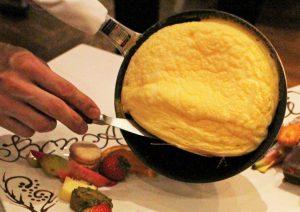 バースデーケーキならぬバースデーオムレツ!記念日を祝う、スペシャル感あふれる一皿の画像