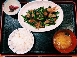 〈定食のススメ〉日本一のレバニラは肉厚でプリップリ!伝説の名店の系譜を継ぐ「とよま」の画像
