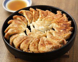 必食の博多名物「一口鉄鍋餃子」を味わえる居酒屋が上野にオープン!の画像