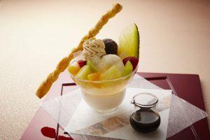 特製黒みつエスプーマをオン!老舗和菓子店✕ホテルがコラボした「あんみつパフェ」が登場の画像