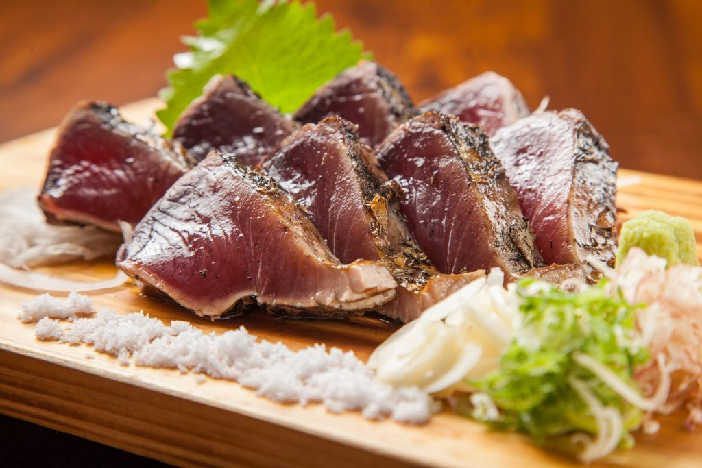 強い炎で旨みを凝縮、高知の郷土料理「わら焼き」専門店が仙台にオープンの画像