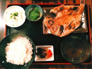 〈定食のススメ〉22時開店!深夜の自然派食堂「おさか」5種のみそ汁と干物の定食ハーモニーの画像