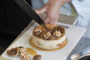 〈マガジンこぼれ話〉シェフに聞いたホールケーキを綺麗に切り分けるコツとは?の画像