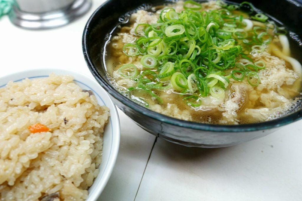 頑張った出張のあとは、早くて安くてうまい大阪の肉うどんの画像