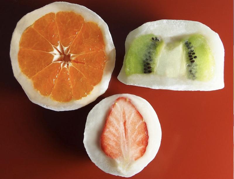 フルーツが丸ごとイン!老舗和菓子屋と果実店がコラボしたフルーツ大福が新登場の画像