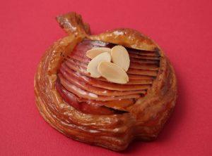"""旬の国産""""紅玉りんご""""をたっぷり使用!新作焼きたてパイ&タルトが美味しそうの画像"""