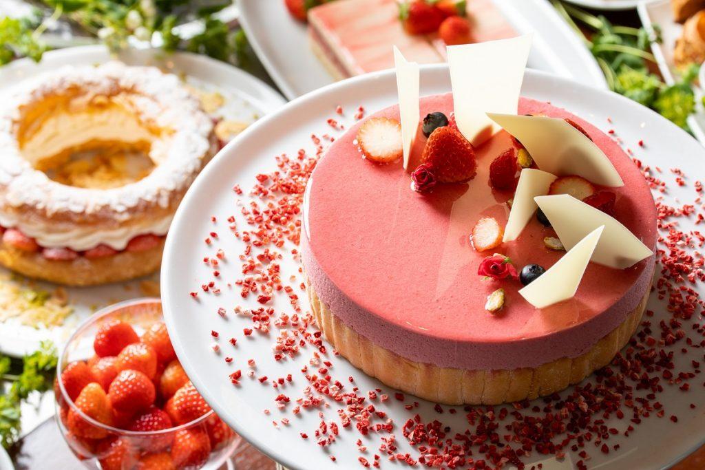 天然ピンクのチョコレートファウンテンも登場!人気ホテルのいちごブッフェの画像