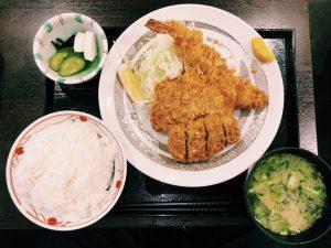 〈定食のススメ〉平成と共に生まれた老舗!そそり立つ「海老フライ」定食は一日200食の画像