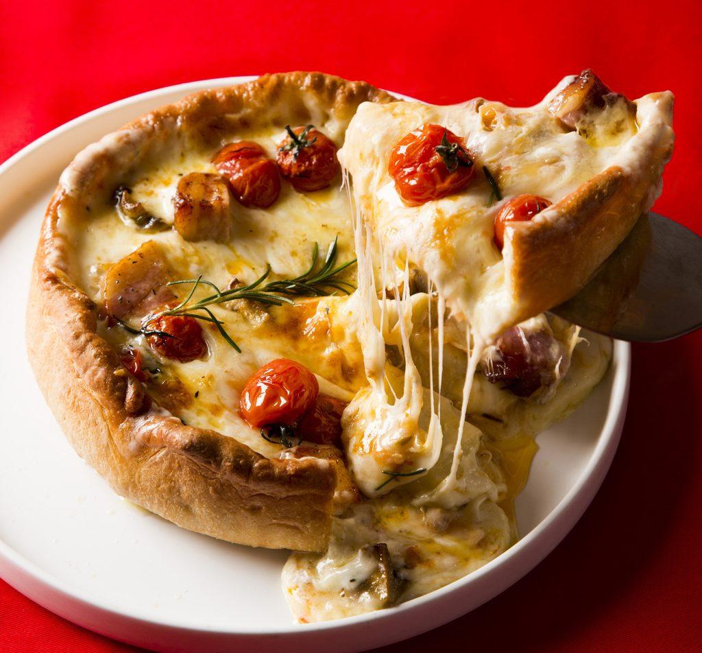 """チーズたっぷり!約6cmの""""超極厚""""ピザが期間限定で登場の画像"""