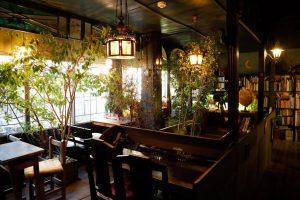 扉を抜けるとまるで異世界。自分の気持ちと向き合える、幻想的な読書喫茶室の画像