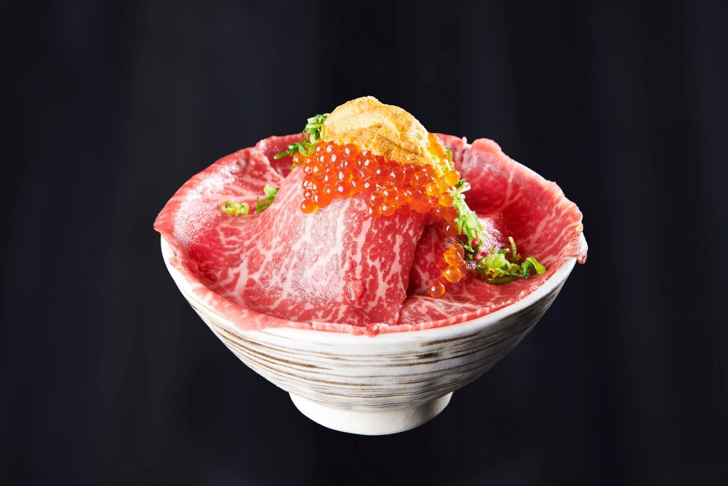 肉も海鮮も堪能!究極の贅沢丼「黒毛和牛肉ドレス海鮮丼」の画像