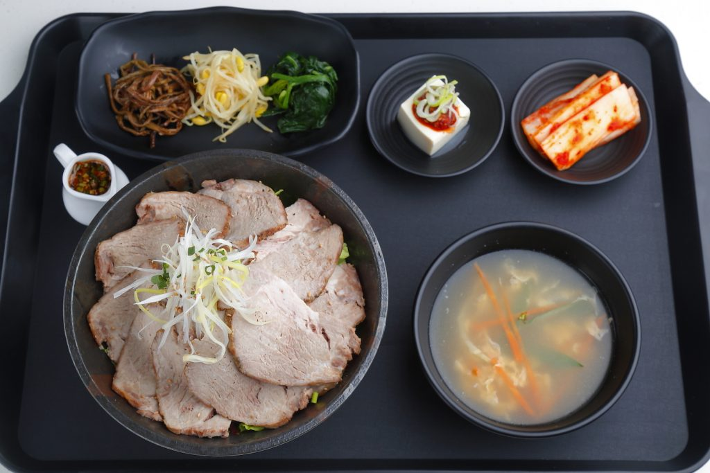 新大久保で人気の銘柄豚を丼に!平日・数量限定の熟成ローストポーク丼の画像