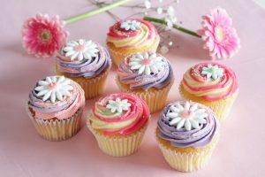 まるで花束♡ ローラズ・カップケーキからデイジーをあしらった限定商品が登場の画像