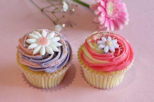 〈今週のスイーツ〉カップケーキにラングドシャも! 春らしいフラワーモチーフのお菓子に注目の画像