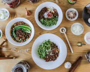後を引く美味しい辛さ! タピオカ入り中太麺の担担麺専門店の画像
