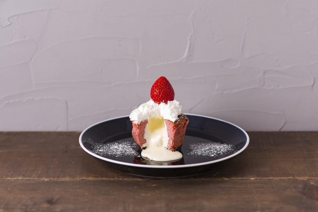 チーズケーキの中からクリームがとろ〜り! 苺×チーズの最新スイーツの画像