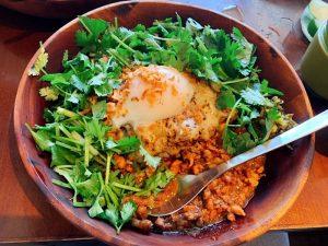 """〈今週のカレー〉一皿で二度美味しい! 肉たっぷりなのにぺろっといけちゃう """"カレー×魯肉飯""""の元祖店の画像"""