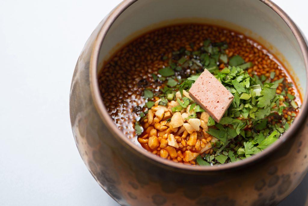 予約の取れない店の大人気シェフが作った、気軽に楽しめる「四川×スペイン料理」