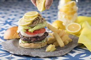 暑い季節に食べたいレモンステーキバーガー! オリジナルレモネードカクテルといっしょにの画像