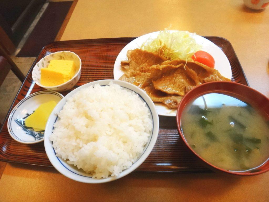 〈食通の昼メシ〉小宮山雄飛が通う、厚切りロースの「生姜焼き定食」の画像