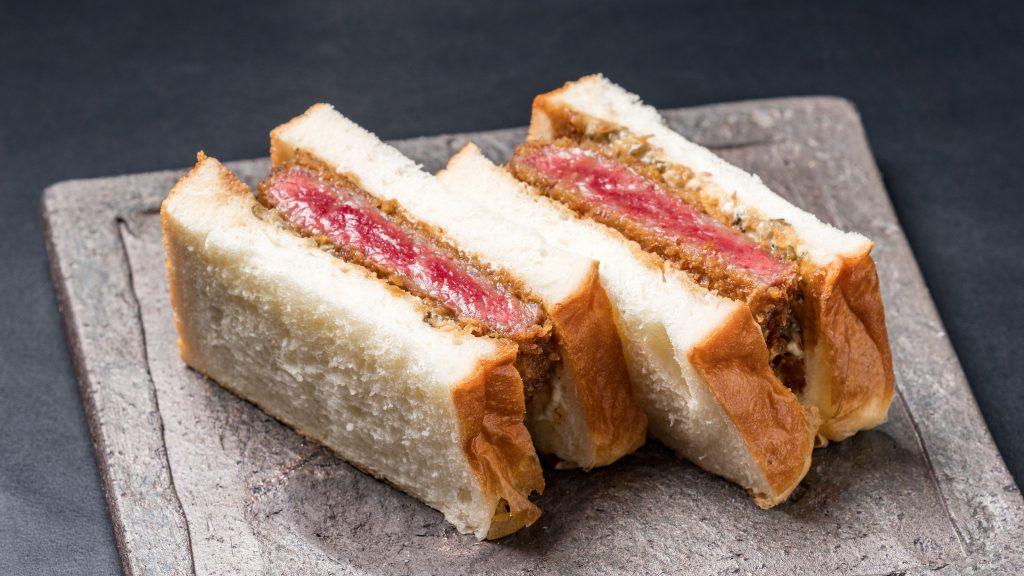 人気の高級食パン専門店と肉割烹がコラボした究極のカツサンド!の画像