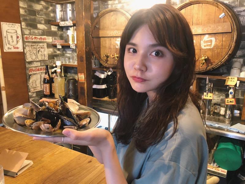 立ち呑みもテーブルもOK! 豊富な貝料理×なみなみワインにお酒好きモデルもご満悦♡の画像