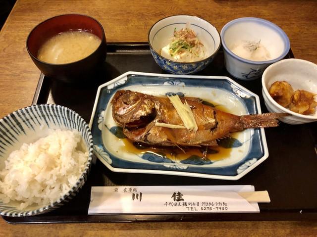 〈食通の昼メシ〉出版界きってのグルメが選ぶ、昼限定の「煮魚定食」の画像