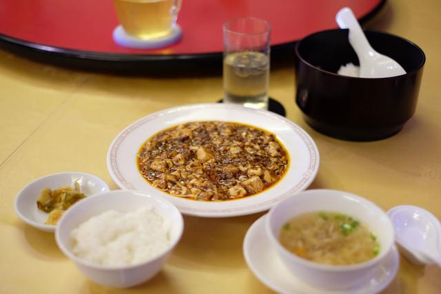 〈食通の昼メシ〉嘉門タツオが歌まで作った麻婆豆腐の画像
