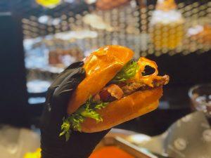 〈噂の新店〉手袋つけて豪快にガブリ! ハンバーグ屋が作る究極のハンバーガー誕生の画像